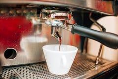 Μηχανή Espresso που κατασκευάζει τον καφέ στο μπαρ, φραγμός, εστιατόριο Προετοιμασία του καφέ Στοκ εικόνα με δικαίωμα ελεύθερης χρήσης