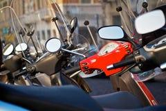 Μηχανικά δίκυκλα που σταθμεύουν σε μια οδό στη Βερόνα, Ιταλία. Οριζόντιος πυροβολισμός. Στοκ Φωτογραφία
