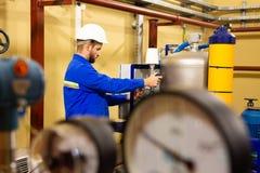 Μηχανικά μανόμετρα πίεσης ρύθμισης εργαζομένων στο βιομηχανικό εξοπλισμό στοκ φωτογραφία με δικαίωμα ελεύθερης χρήσης