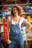 Μηχανική γυναίκα αυτοκινήτων στο κατάστημα επισκευής Στοκ φωτογραφία με δικαίωμα ελεύθερης χρήσης