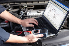 Μηχανική εργασία αυτοκινήτων στην αυτόματη υπηρεσία επισκευής. Στοκ Φωτογραφία