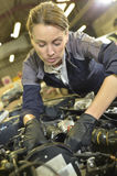 Μηχανική εργασία γυναικών στις επιδιορθώσεις αυτοκινήτων στοκ εικόνα