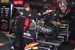 Μηχανική εργασία στο εργοστάσιο Aprilia RSV4 1000 με τη συναγωνιμένος ομάδα Superbike WSBK Aprilia Στοκ Εικόνες