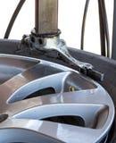 Μηχανική μεταβαλλόμενη ρόδα αυτοκινήτων κινηματογραφήσεων σε πρώτο πλάνο Στοκ Εικόνα