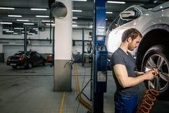 Μηχανική μεταβαλλόμενη ρόδα αυτοκινήτων στο αυτόματο γκαράζ επισκευής Στοκ εικόνες με δικαίωμα ελεύθερης χρήσης