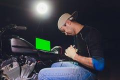 Μηχανική μηχανή επισκευής μοτοσικλετών κάτω από την καθοδήγηση εποπτ στοκ φωτογραφία με δικαίωμα ελεύθερης χρήσης