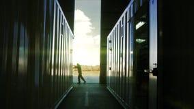 Μηχανική πύλη υπόστεγων ανοίγματος Άτομο που ωθεί μια μεγάλη πόρτα απόθεμα βίντεο