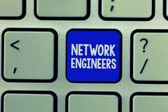 Μηχανικοί δικτύων κειμένων γραφής Έννοια που σημαίνει επαγγελματικό ειδικευμένο τεχνολογίας στο συγκρότημα ηλεκτρονικών υπολογιστ στοκ φωτογραφίες με δικαίωμα ελεύθερης χρήσης