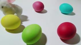 Μηχανικοί λυκίσκοι λαγουδάκι Windup μεταξύ των αυγών Πάσχας 3 απόθεμα βίντεο
