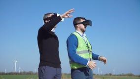 Μηχανικοί με την κάσκα εικονικής πραγματικότητας φιλμ μικρού μήκους