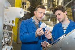 Μηχανικοί ομάδας που διοργανώνουν τη συζήτηση στο εργοστάσιο Στοκ εικόνες με δικαίωμα ελεύθερης χρήσης