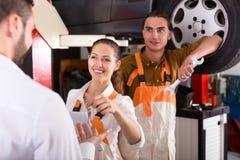 Μηχανικοί που δίνουν τα κλειδιά πελατών από το αυτοκίνητο Στοκ Εικόνα