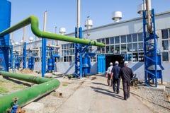 Μηχανικοί που εισάγουν στο εργοστάσιο Στοκ εικόνες με δικαίωμα ελεύθερης χρήσης