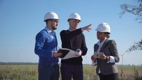Μηχανικοί που συζητούν πέρα από τα σχέδια υπαίθρια απόθεμα βίντεο