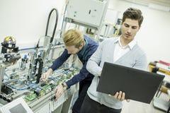 Μηχανικοί στο εργοστάσιο Στοκ Φωτογραφία