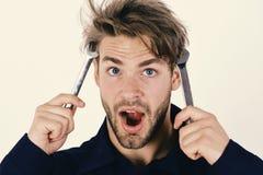 Μηχανικός ή υδραυλικός με τα κλειδιά στα χέρια Συντήρηση και επισκευή της έννοιας Το άτομο κρατά τα εργαλεία γαλλικών κλειδιών κο Στοκ Εικόνα