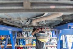 Μηχανικός αγωγός αυτοκινήτων το παλαιό πετρέλαιο μηχανών λιπαντικών Στοκ Φωτογραφίες