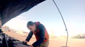 Μηχανικός ατόμων που επισκευάζει την αυτόματη μηχανή διακοπής αυτοκινήτων απόθεμα βίντεο