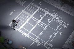 Μηχανικός ατόμων που σκέφτεται πέρα από το σχέδιό του Μικτά μέσα Στοκ φωτογραφίες με δικαίωμα ελεύθερης χρήσης