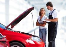Μηχανικός αυτοκινήτων με τη γυναίκα πελατών Στοκ Εικόνες