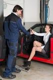 Μηχανικός αυτοκινήτων με το θηλυκό πελάτη Στοκ Εικόνες