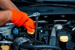 Μηχανικός αυτοκινήτων στο πρατήριο βενζίνης Στοκ Φωτογραφία