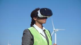 Μηχανικός γυναικών με την εικονική κάσκα απόθεμα βίντεο