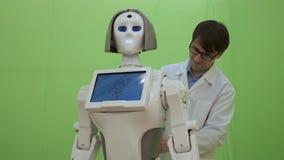 Μηχανικός ηλεκτρονικής που εργάζεται στην κατασκευή ρομπότ με την ταμπλέτα σε αργή κίνηση Φουτουριστική έννοια ρομπότ απόθεμα βίντεο
