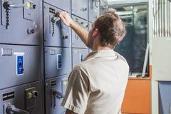 Μηχανικός θαλάμου ελέγχου Πίνακας ελέγχου εγκαταστάσεων παραγωγής ενέργειας Στοκ φωτογραφίες με δικαίωμα ελεύθερης χρήσης