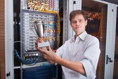 Μηχανικός δικτύων στο δωμάτιο κεντρικών υπολογιστών Στοκ εικόνες με δικαίωμα ελεύθερης χρήσης
