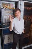 Μηχανικός δικτύων στο δωμάτιο κεντρικών υπολογιστών Στοκ φωτογραφία με δικαίωμα ελεύθερης χρήσης