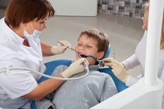 Μηχανικός καθαρισμός των δοντιών Στοκ φωτογραφία με δικαίωμα ελεύθερης χρήσης
