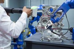 Μηχανικός και βοηθητικό ρομπότ που λειτουργούν με την τρισδιάστατη φορητή μέτρηση στοκ φωτογραφίες