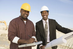 Μηχανικός και επιστάτης στο εργοτάξιο οικοδομής Στοκ Εικόνες