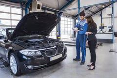 Μηχανικός και πελάτης αυτοκινήτων Στοκ εικόνα με δικαίωμα ελεύθερης χρήσης