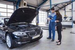 Μηχανικός και πελάτης αυτοκινήτων Στοκ φωτογραφία με δικαίωμα ελεύθερης χρήσης