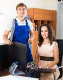 Μηχανικός και πελάτης τεχνικής υποστήριξης Στοκ Φωτογραφία