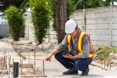Μηχανικός κατασκευής ατόμων στο εργοτάξιο οικοδομής στοκ εικόνα με δικαίωμα ελεύθερης χρήσης