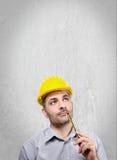 Μηχανικός με ένα κράνος στο κεφάλι του Στοκ φωτογραφίες με δικαίωμα ελεύθερης χρήσης