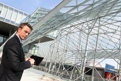 Μηχανικός με την αρχιτεκτονική έννοια υπολογισμού προγράμματος ταμπλετών Στοκ Εικόνες