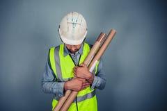 Μηχανικός με την οικοδόμηση των σχεδίων Στοκ φωτογραφία με δικαίωμα ελεύθερης χρήσης