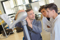 Μηχανικός με την πρότυπη ουρά αεροσκαφών και δύο σπουδαστές Στοκ Φωτογραφία