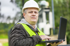 Μηχανικός με το PC σε υπαίθριο Στοκ Φωτογραφίες