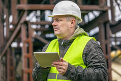 Μηχανικός με το PC ταμπλετών στο εργοστάσιο Στοκ Εικόνες