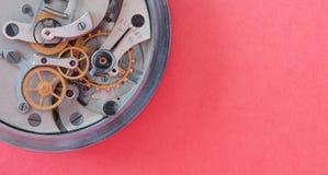 Μηχανικός μηχανισμός χρονομέτρων χρονομέτρων με διακόπτη, μακρο άποψη ροδών βαραίνω χαλκού άνοιξη Ρηχό βάθος του πεδίου, εκλεκτικ στοκ εικόνα