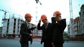 Μηχανικός που δίνει τα κράνη επιχειρηματιών φιλμ μικρού μήκους