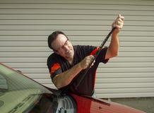 Μηχανικός που αντικαθιστά τις λεπίδες ψηκτρών σε ένα αυτοκίνητο Στοκ φωτογραφία με δικαίωμα ελεύθερης χρήσης