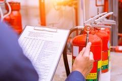 Μηχανικός που ελέγχει τον πυροσβεστήρα στοκ φωτογραφία με δικαίωμα ελεύθερης χρήσης