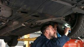 Μηχανικός που εξετάζει μια ρόδα απόθεμα βίντεο