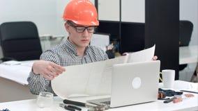 Μηχανικός που εξηγεί το τεχνικό σχέδιο κατά τη διάρκεια της τηλεοπτικής κλήσης μέσω του lap-top Στοκ Φωτογραφίες